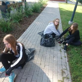 Kaia, Kaisa ja Mirel said Tõrva rühmas lisaks muudele töödele ka tänavakivide vahesid puhastada (foto Valgamaa Noorsootöökeskus TANKLA)